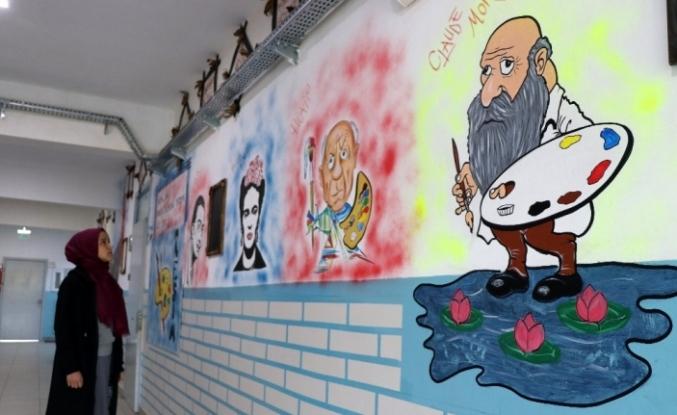 """""""Bilim ve sanat"""" köy okulunun koridorlarında"""