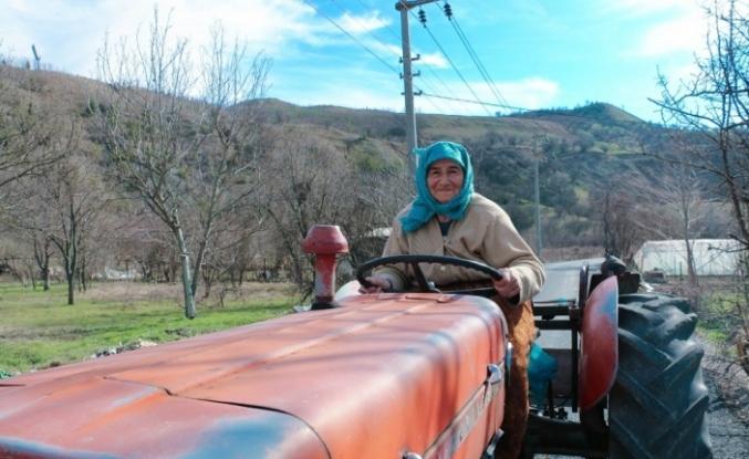 74 yaşındaki Ayşe teyzenin azmi gençlere taş çıkartıyor