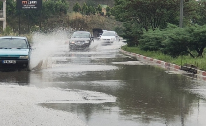 Karabük'te sağanak yağmur yolları göle çevirdi