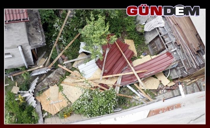 Fırtınada çatısı komşusunun çatısına uçtu!..