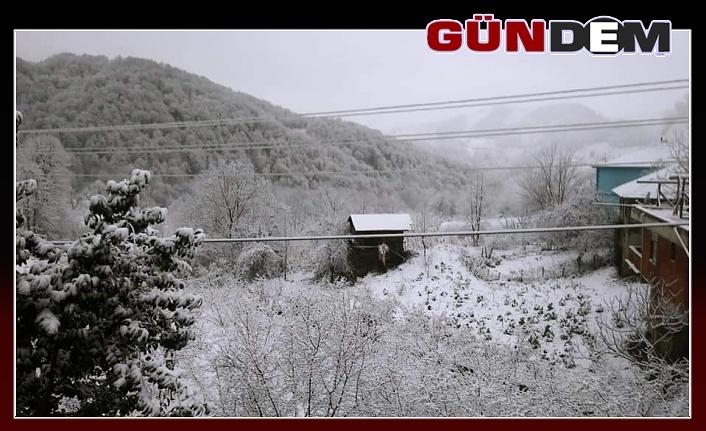 Zonguldak'ın yüksek kesimlerinde kar yağışı...